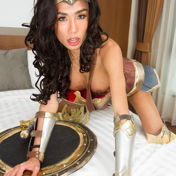 Ladyboy mos Wonder Woman